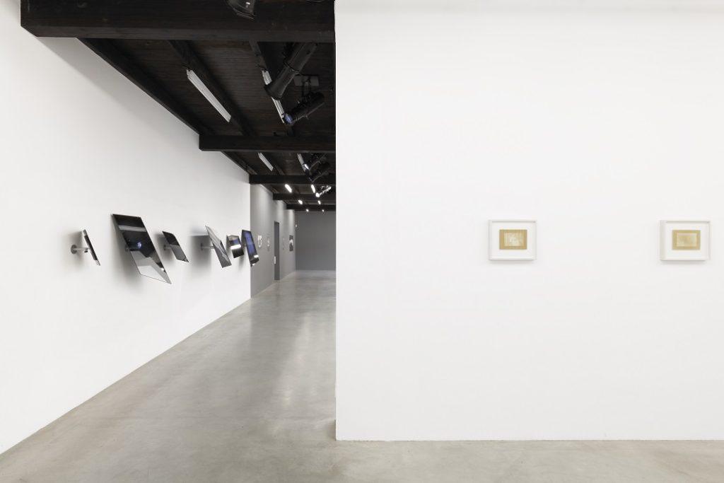 Juergen Staack, Shadows, Installation mit div. Spiegeln, 2016; Tableaux, Pappelholz belichtet und lackiert, 2012-2014 ©Juergen Staack
